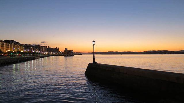 Verás muchas fotos como esta (copias baratas muchas). Pero ninguna será como esta ya que la conexión entre la farola  y yo es especial.#Santander #paseúcos #instagramers #estaes_cantabria#asi_es_cantabria#total_cantabria#addicted_to_cantabria #cantabriagrafias #españaenpaisajes #españagrafias#world_great#instantes_fotograficos#fotopremios#instalike#instagood#igerspain#ok_spain#cantabria#cantabriainfinita#cantabriayturismo#picoftheday #catchclick_spain  #ig_monumentalworld #canon#canonistas #landscape #paisaje #amanecer